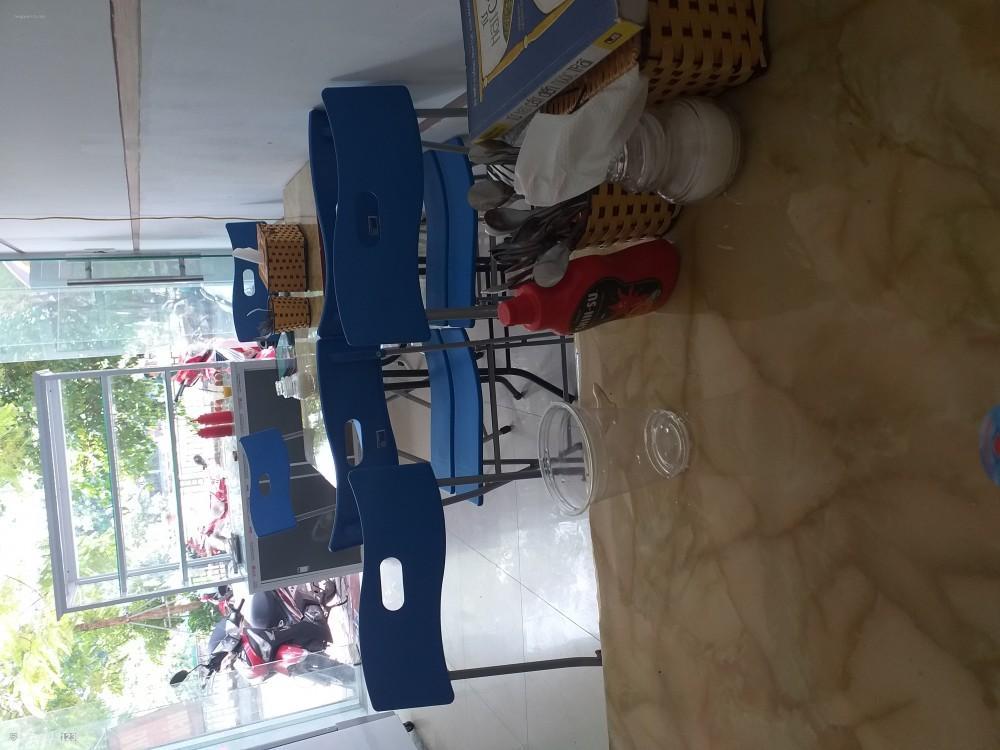 Nhượng lại mặt bằng và một số đồ dùng gồm tủ mát và tủ bánh mỳ kep.
