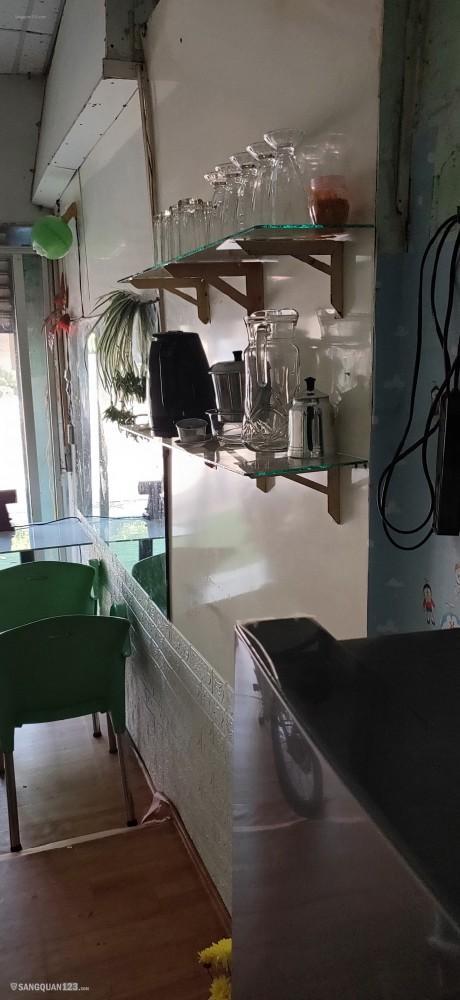 Mặt bằng có gác máy lạnh bàn ghế vật dụng quán nước